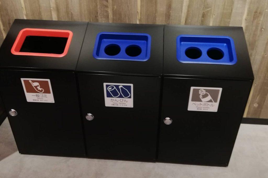 フードコートのゴミ箱キテミテマツド